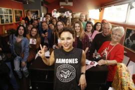 Chenoa firma su último trabajo a sus fans en Palma