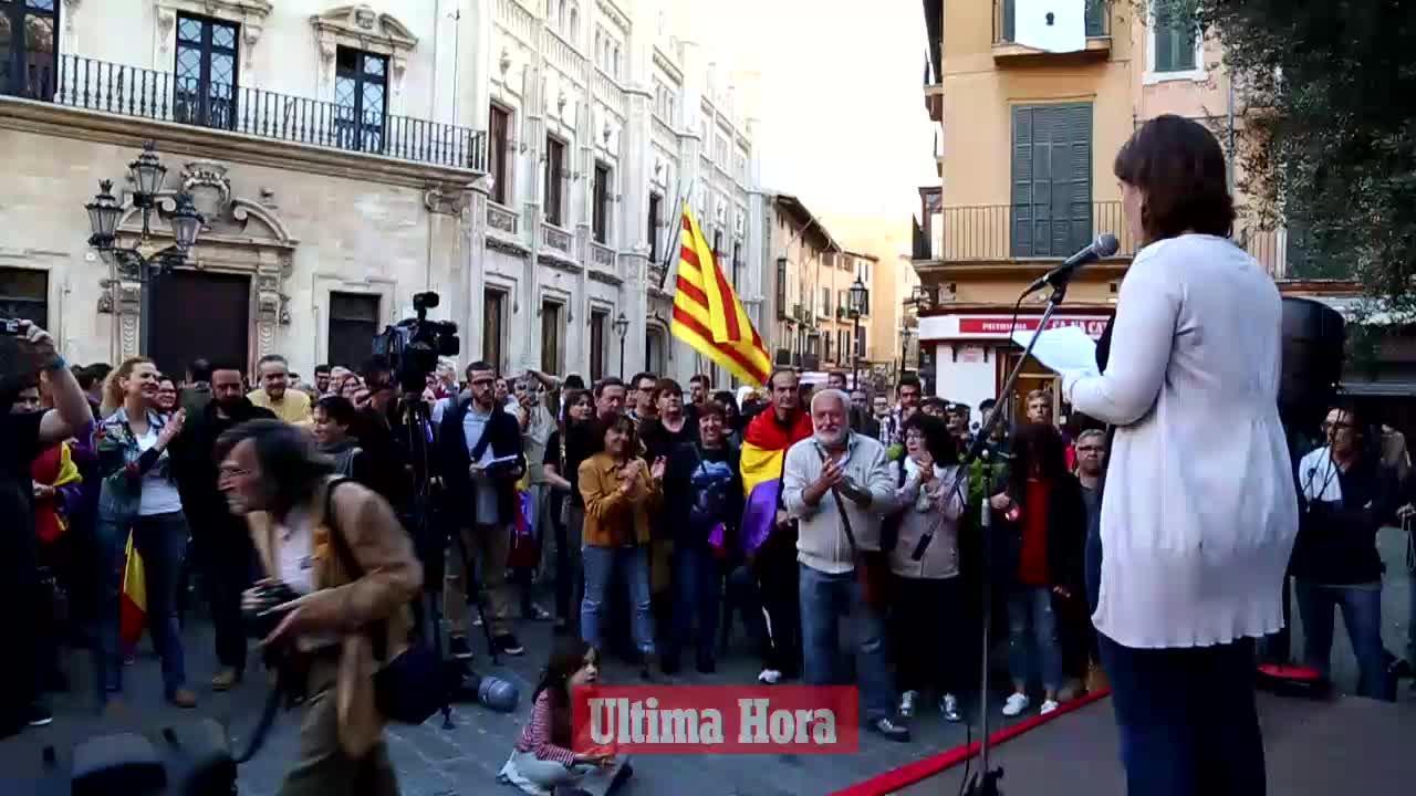 Un centenar de personas conmemora la proclamación de la II República