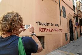 El Govern lamenta las pintadas pero también «la saturación» turística