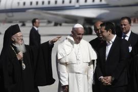 El Papa llega a la isla griega de Lesbos para visitar a los refugiados