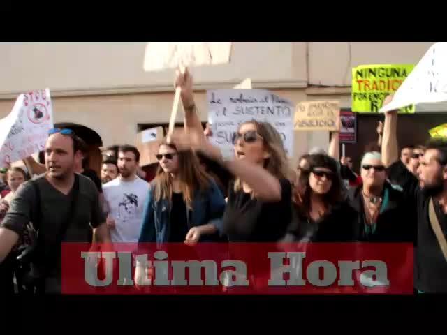 Decenas de antitaurinos se manifiestan en Muro
