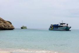 Cala Varques suma a su masificación por tierra la llegada de turistas por mar