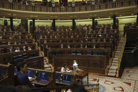 Los grupos escenifican en el pleno su protesta por la ausencia del Gobierno