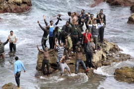 Un centenar de inmigrantes subsaharianos entran en Ceuta tras bordear espigón fronterizo