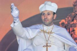 El Papa de la Iglesia de El Palmar de Troya cuelga los hábitos por una mujer