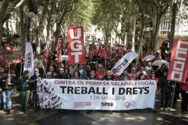 Medio millar de personas marchan en Palma contra la pobreza salarial y social