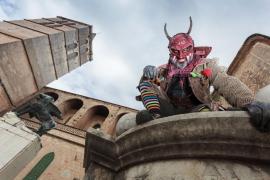 La exposición 'Mil dimonis' empieza su recorrido en Sineu