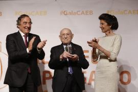 Antonio Fontanet recibe el premio al Empresario del Año de la CAEB