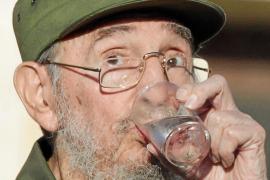 Fidel Castro reaparece de verde oliva en un acto multitudinario