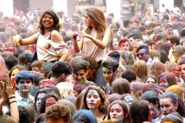 Lluvia de colores en el Holi Mallorca Festival of India de Palma