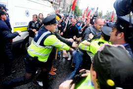 Lluvia de  huevos y zapatos contra Tony Blair en Dublín