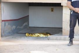 Un turista de 26 años muere en El Toro tras colgarse del balcón y caer