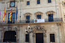 Cort cuelga en su fachada la bandera para conmemorar el Día de las Familias