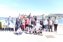 Alumnos del IES Guillem Colom Casesnoves de Sóller limpian la playa d'en Repic