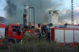 Un incendio arrasa por completo una fábrica de colchones en Yecla