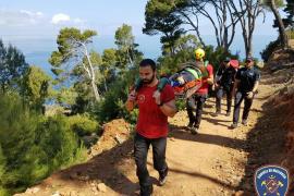 Rescatado un turista alemán tras caerse por las escaleras de la Platja de Llucalcari