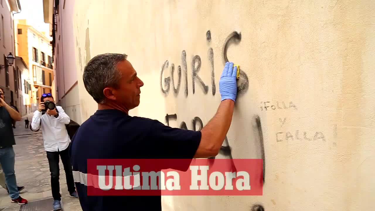 Emaya inicia la eliminación de las pintadas antituristas en edificios catalogados