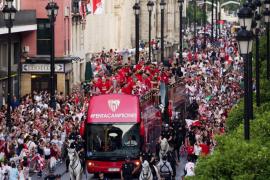 El Sevilla se da un baño de masas en la celebración de la Europa League