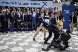 'Sois la mafia', grita un espontáneo a Rajoy ante los candidatos del PP