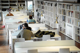 Poco personal y ordenadores obsoletos en la biblioteca de Inca
