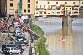 20 coches, engullidos por un socavón en Florencia