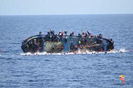 La Marina italiana rescata a 500 inmigrantes y recupera 7 cuerpos tras un naufragio