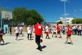 Sánchez echa una 'pachanga' de baloncesto con el candidato balear, Pere Joan Pons
