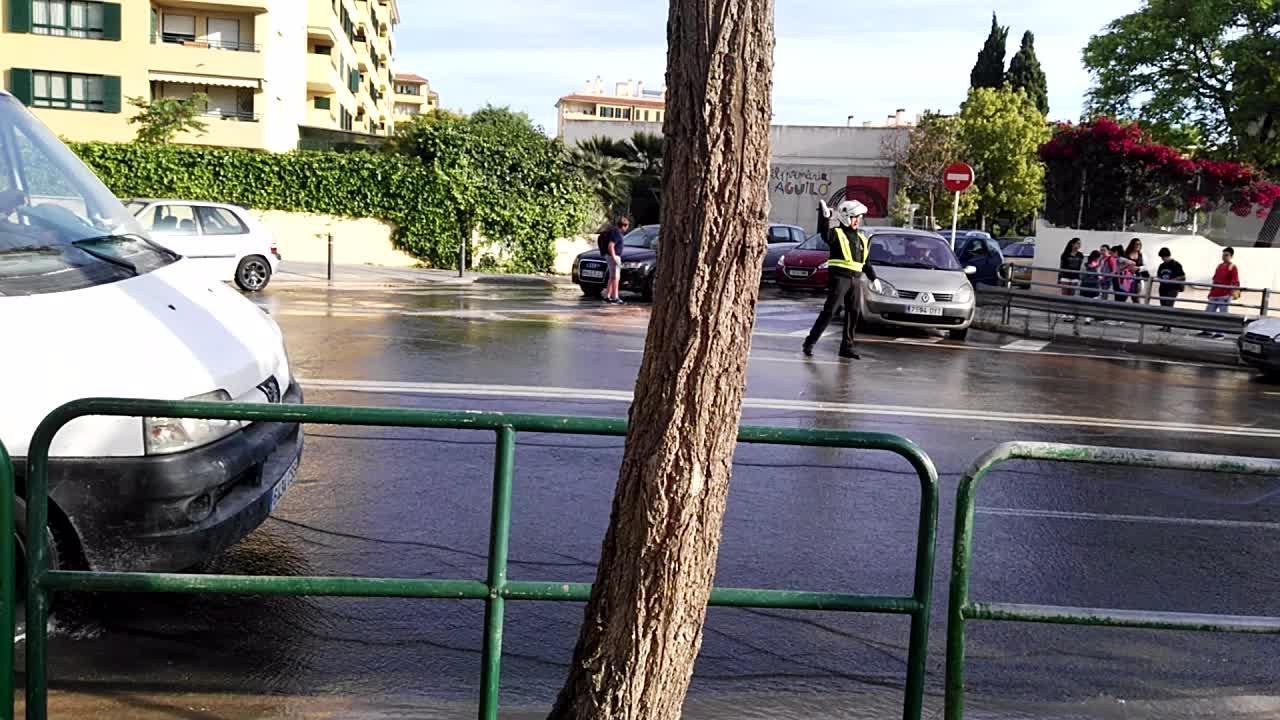 Rotura de una tubería en la calle Salvador Dalí
