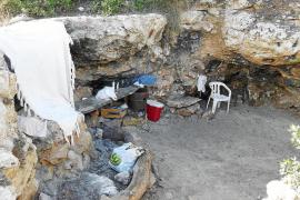 Las acampadas y el caos vuelven a Cala Varques pese al desalojo policial de la cueva