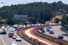 Largas colas por un accidente de tráfico en la Vía de Cintura