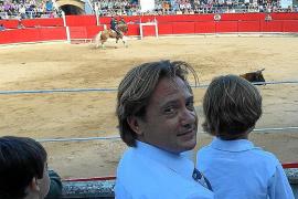 Polémica por las fotos de Jorge Campos con sus hijos en los toros