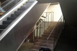 Herido grave un hombre que cayó desde cinco metros en las galerías de la Plaza Major