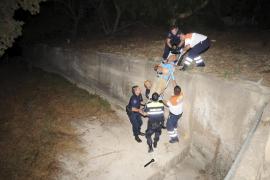 Laborioso rescate de un hombre que cayó al interior de un torrente en el Port d'Andratx