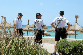 Detenidos dos turistas alemanes por robar 10 toallas a un hindú en s'Arenal
