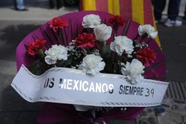 Flores y velas recuerdan a Luis Salom ante la tienda de motos de su familia