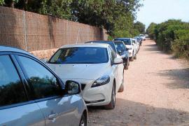 Los coches vuelven a colapsar el camino de Cala Varques, a la espera del parking