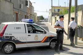 Detenido un menor que intentó cortar el cuello a un joven con una botella rota en Cales de Mallorca