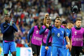 Francia debuta en la Eurocopa con victoria gracias a Payet
