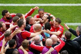 Gales firma un histórico triunfo gracias a los goles de Bale y Robson Kanu