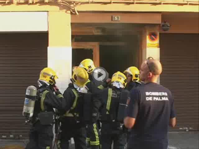 Los bomberos sofocan un incendio en un edificio de ocho pisos de Palma
