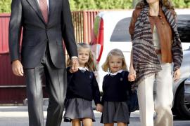 Las infantas Leonor y Sofía llegan  al colegio de la mano de los Príncipes
