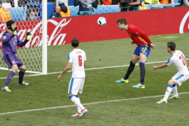 España supera por la mínima a la República Checa en su debut
