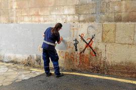 Emaya limpia las pintadas de los edificios protegidos