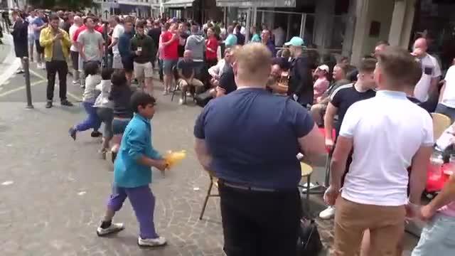 Los 'hooligans' se burlan de niños gitanos lanzándoles monedas