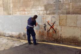 Finaliza la eliminación de las pintadas antituristas en las fachadas protegidas