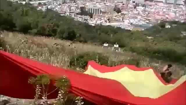 Detienen a un dirigente de Vox por desplegar una bandera española gigante en Gibraltar