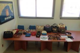 La policía de Son Servera incauta artículos falsificados en el mercado de Cala Millor