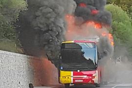 Arde un autobús en Valldemossa, que transportaba a 40 pasajeros