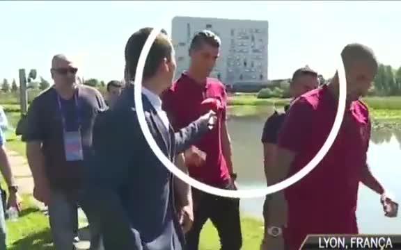 Ronaldo se enfada con un periodista y le tira el micrófono al agua