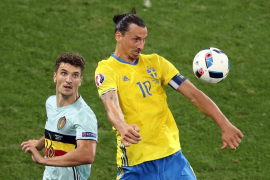 Nainggolan jubila a Ibrahimovic y clasifica a Bélgica para octavos